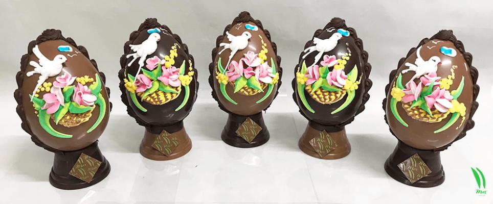 Uova di cioccolato con decori primaverili