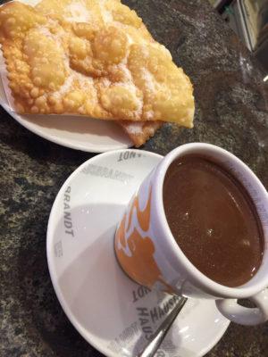 Pausa caffè con accompagnamento di crostoli friabili e croccanti
