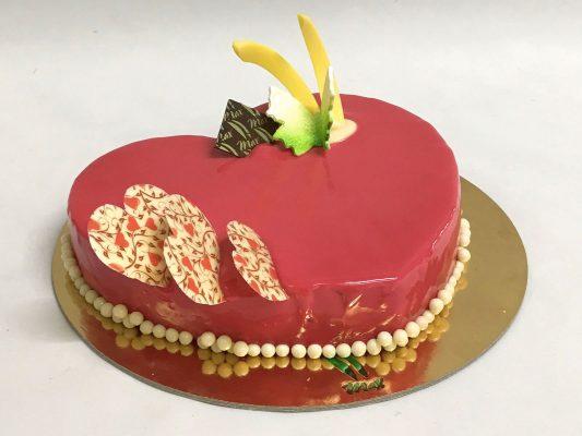 Cuore di bignolata - pasta frolla, crema di mascarpone, lamponi, fragole e piccoli bignè, con glassa rossa di cioccolato bianco