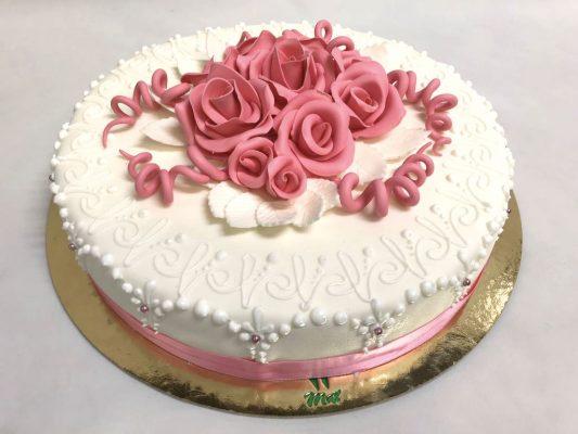 La sposa ha scelto per la sua torta nuziale le rose a guarnizione di un pan di spagna leggermente alcolico farcito con crema chantilly